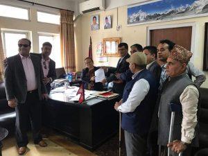 महासंघको संघीय अध्यक्ष श्री मित्रलाल शर्मा ज्यूको नेतृत्वमा महिला बालबालिका तथा ज्येष्ठ नागरिक माननीय मन्त्री श्री थममाया थापाज्यूलाई ध्यानाकर्षण पत्र बुझाउँदै