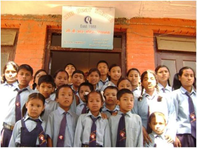 सिबिआर बहिरा विद्यालयको प्रागणमा फोटो खिचाउन उभिदै गरेका बालबालिकाहरु