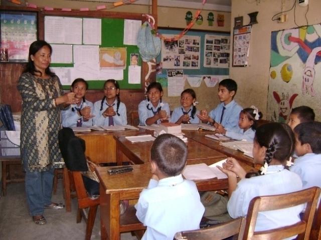 सिबिआर बहिरा विद्यालयका प्रधानाध्यापक योजनी शाक्य कक्षामा बालबालिकाहरुलाई पढाउनुहुदै गरेको