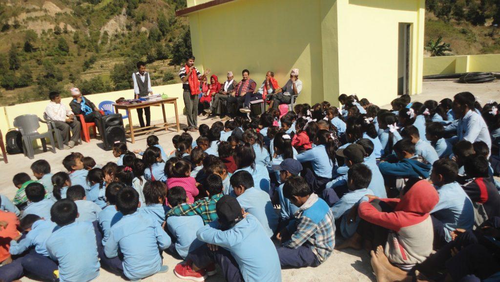 नवज्योति आधारभूत विद्यालयमा पहुँचयुक्त विद्यालयका बारेमा विद्यार्थीसँग अन्तरक्रिया गर्नुहुँदै महासङ्घका कोषाध्यक्ष कुमार रेग्मी र कर्मचारी ।