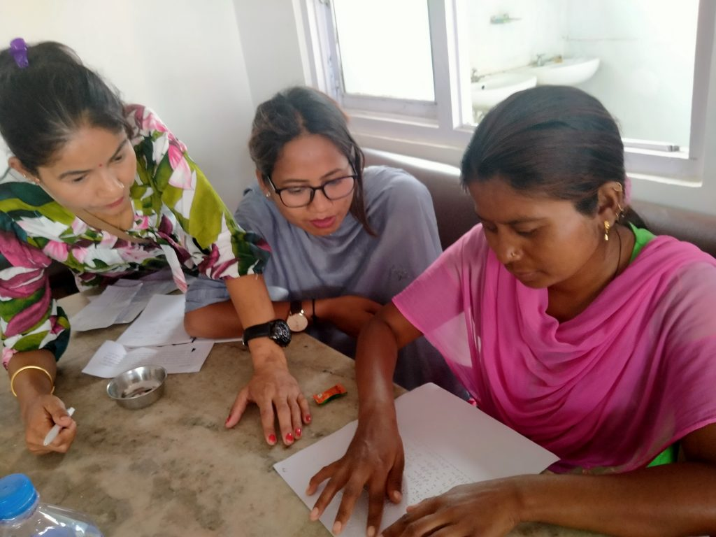 तालिममा दृष्टिविहिन महिलाले ब्रेललिपिको प्रयोग गर्दै साथीहरुसँग सल्लाह गर्दै सामूहिक कार्यमा सहभागिता गर्नुहुदै