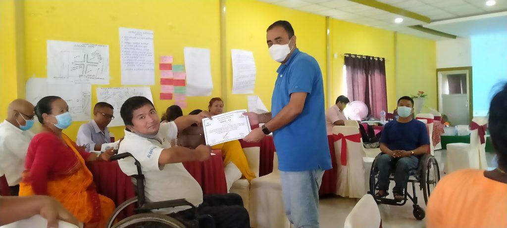 तालिम पश्चात नयाँ विधिबाट सहभागीहरु एक अर्कालाई प्रमाणपत्र प्रदान गर्नुहुदैँ
